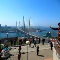 туристы на смотровой площадке во Владивостоке