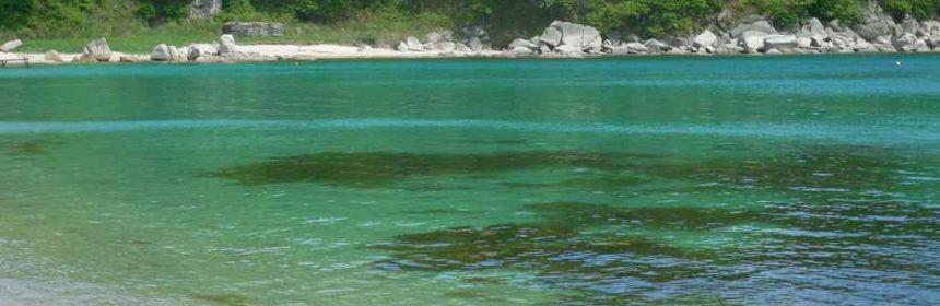 лазурное море в бухте Окуневой