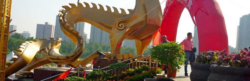драконы у входа в Пекинскую телебашню
