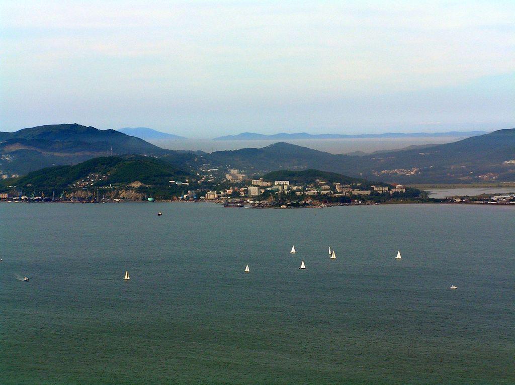 Город Находка с трех сторон окружен морем