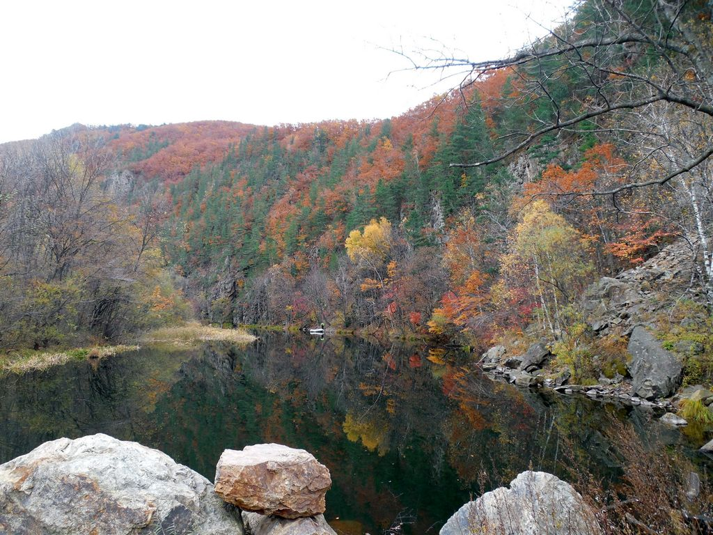 Озеро у скалы