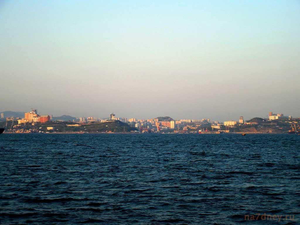 вид с Токаревского маяка на город Владивосток вечером