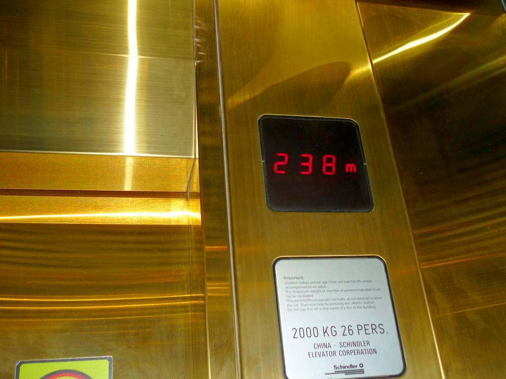 подъем в лифте на телебашню Пекина.