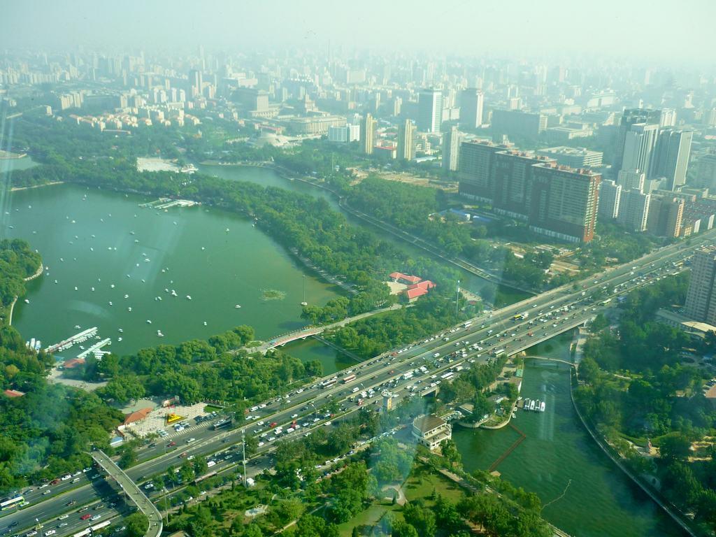 Yongdinghe Diversion канал вытекающий в озеро Bayi и пруды Yuyuan в Пекине.