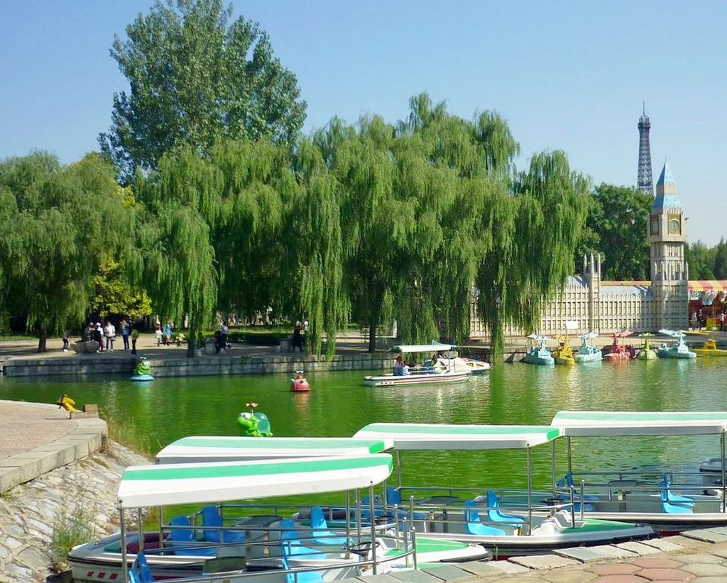 Парк Мира в Пекине. Венский канал и прокатная лодочная станция