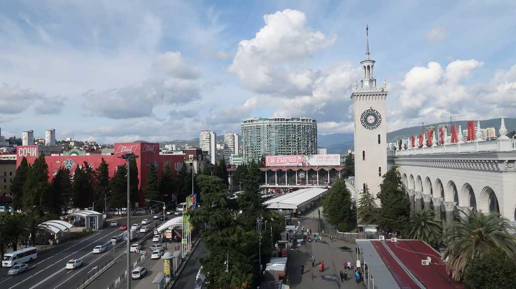 Вид из окна гостиницы на ЖД вокзал