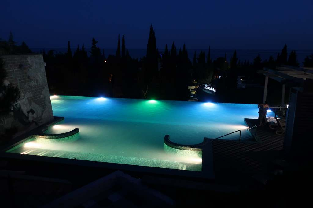 вид ночного бассейна в Ялте Интурист